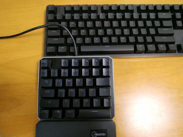 左手キーボードと普通のキーボード